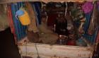 صورة اليوم.. عائلة مغربية تسكن داخل عربة لنقل البضائع
