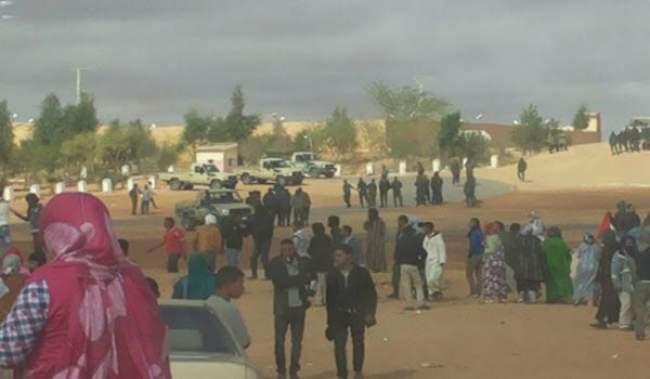 """بالفيديو.. وصول المتظاهرين لمقر رئاسة زعيم """"البوليساريو"""" والمخيمات تغلي"""