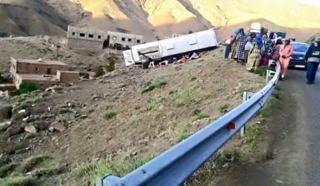 بالصور: فاجعة جديدة.. إنقلاب حافلة بوارزازات يودي بحياة 7 أشخاص