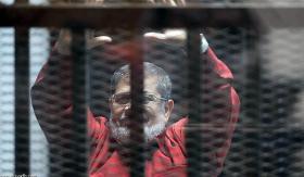 مرسي يظهر في زي الإعدام الأحمر لأول مرة