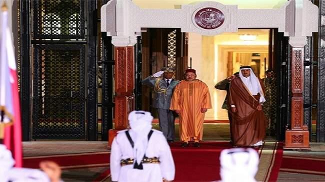 أمير قطر يجري مباحثات مع الملك ويقيم مأدبة عشاء على شرفه