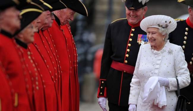 الملك يهنئ الملكة إليزابيت الثانية بمناسبة عيد ميلادها