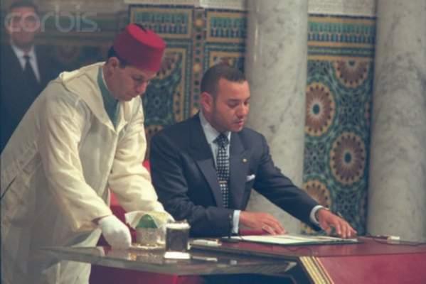 عكس الحسن II.. لهذه الأسباب لا يرتجل الملك محمد السادس خطبه !