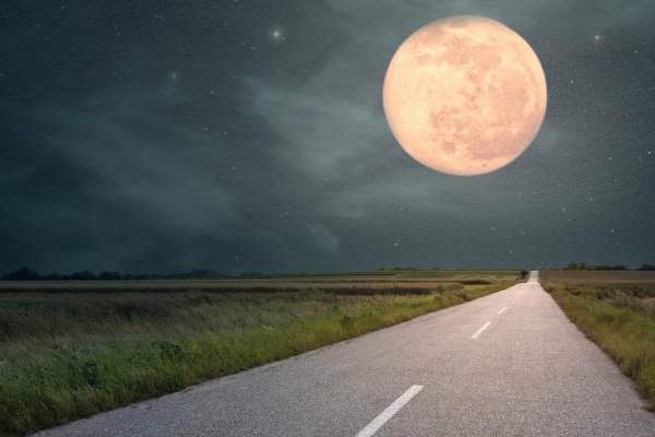 """""""القمر العملاق"""" ظاهرة فلكية نادرة يشهدها العالم يوم الإثنين"""