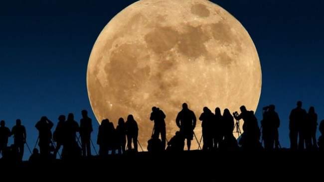 """بالصور..""""القمر العملاق"""" يبهر المتابعين عبر العالم"""