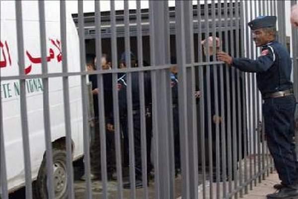 """مندوبية السجون تكشف حقيقة الصور المنشورة ب""""فايس بوك"""" لسجناء بحوزتهم مبالغ مالية وهواتف نقالة"""