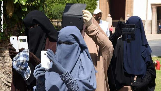 """صحف الأربعاء: """"البرقع"""" يقسم المغاربة والداخلية تمنع المتاجرة فيه لأسباب أمنية"""