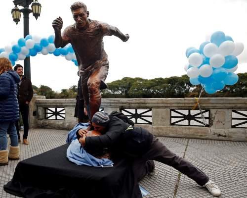 صور.. تمثال ليونيل ميسي في بوينس ايرس يتعرض للتخريب