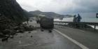 صور.. انهيار صخري يسد الطريق السيار بين تطوان وطنجة