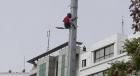 امرأة تتسلق عمودا كهربائيا وتحاول الانتحار وسط الرباط