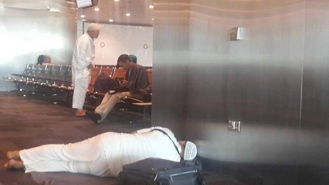بالصور .. العشرات من المعتمرين المغاربة يعلقون في مطار الدوحة بسبب الحظر