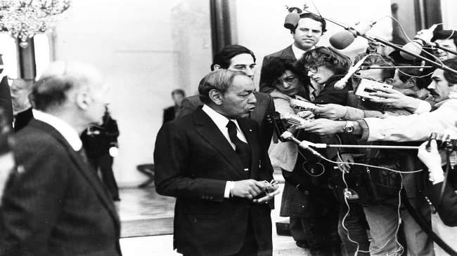 يرويها الإعلامي الصديق معنينو: حين صرخ الملك بلباس النوم في وجه فرنسيين داخل القصر