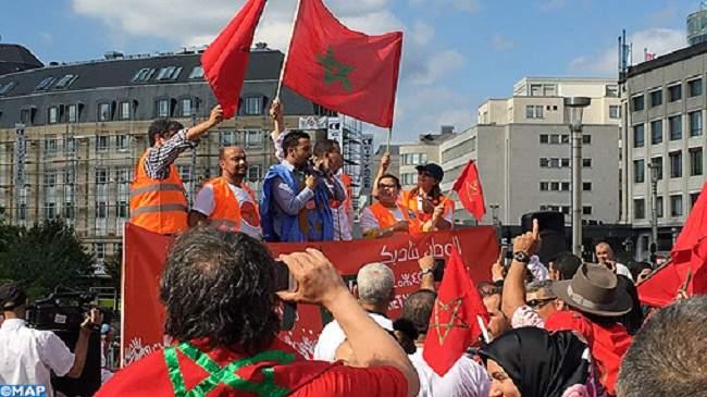"""العشرات من المغاربة يتظاهرون في بروكسيل رافعين شعار """"الوطن ينادي"""""""