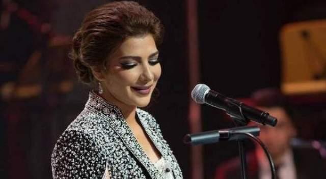 بعد إطلاق سراحها .. أصالة ترتدي الحجاب في المطار