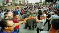 بالصور.. هكذا حمى مواطنون من الحسيمة قوات الأمن من المندسين