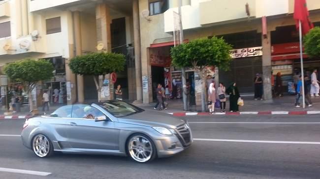 الملك محمد السادس يتجول في هذه المدينة..وهذا هو الشخص المرافق له!! (صورة)