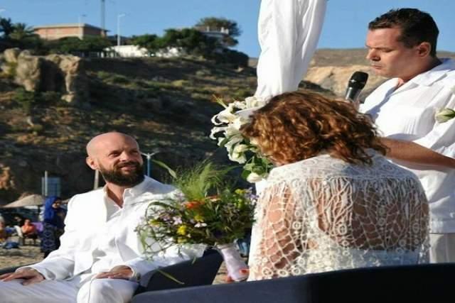 بالصور..عروسان أجنبيان يختاران شاطئا في الحسيمة لعقد قرانهما
