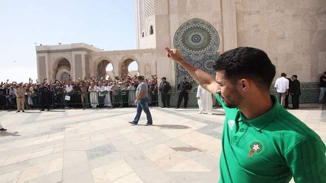 """صور..الأسود يؤدون صلاة الجمعة بمسجد الحسن الثاني ويلتقطون """"السيلفي"""" مع المصلين"""