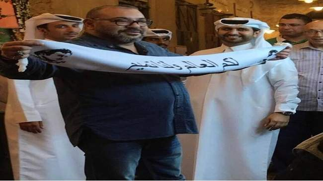 صورة للملك محمد السادس يرفع شعارا عن أمير قطر تثير الجدل وتشعل مواقع التواصل