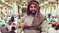 صدمة في مواقع التواصل ..مدون إسرائيلي مشهور ينشر صورا له في المسجد النبوي !