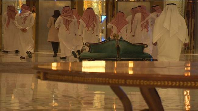 لأول مرة منذ الزلزال.. قناة تدخل الفندق لذي يحتجز به امراء السعودية + (فيديو)