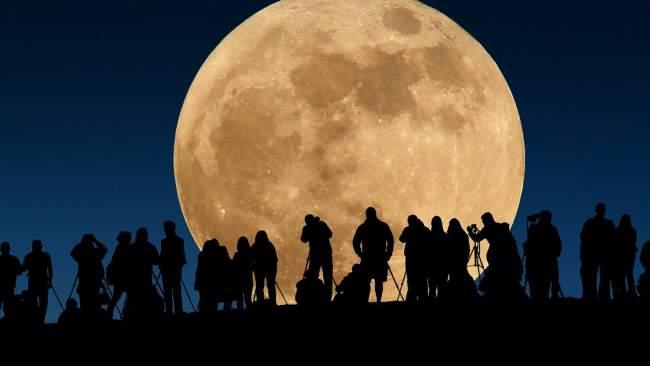 """المغاربة على موعد مع ظاهرة """"القمر العملاق"""" .. إليكم ما سيحدث هذا المساء!"""