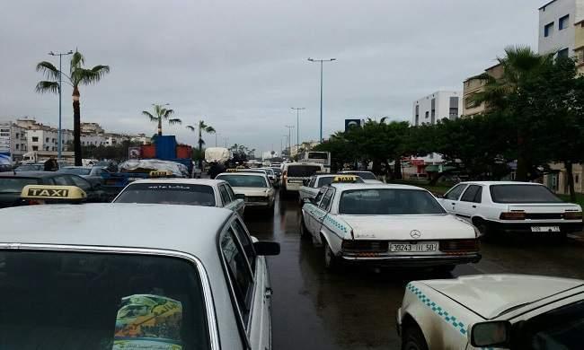 والي أمن الدار البيضاء يدخل على خط وقفة سيارات الأجرة