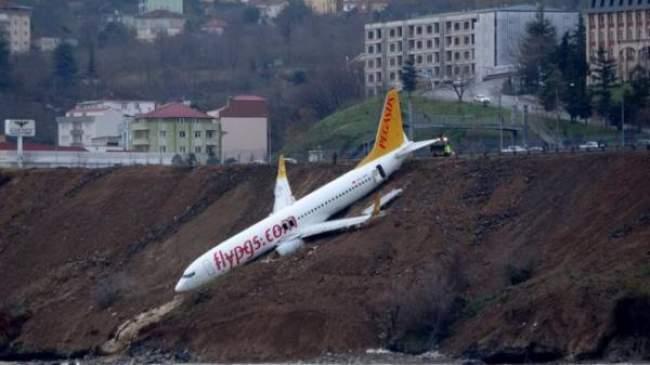 طائرة تركية تنحرف عن مدرج المطار بشكل خطير وتنجو بأعجوبة (فيديو)