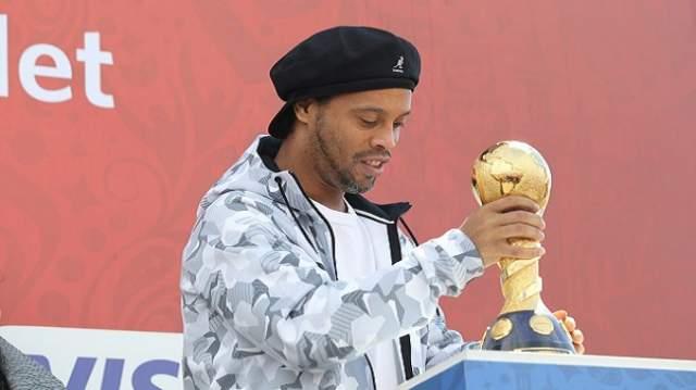 بعد مسيرة حافلة وفوز بكـأس العالم.. الساحر رونالدينيو يعتزل نهائيا