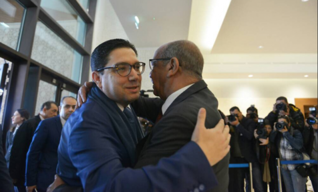 حديث الصورة.. عناق حار بين مساهل وبوريطة يشعل مواقع التواصل