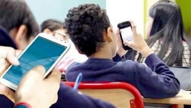الوزارة تقرر منع استخدام الهواتف الذكية داخل المدارس المغربية