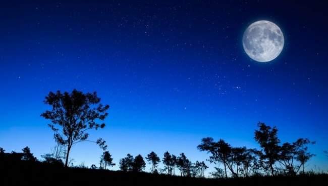"""الأرض مع مشهد نادر اليوم الأربعاء.. ظهور """"قمر الدم الأزرق العملاق"""""""