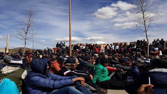بعدما ألغوا مسيرة إلى العاصمة وعادوا من العيون .. سكان جرادة يعتصمون بالطرقات (صور)