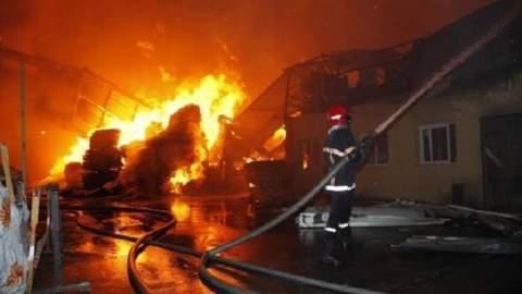 """إنزكان.. حريق مهول بسوق """"الثّلاث"""" يحوّل 200 محلا تجاريا إلى رماد والخسائر تقدّر بملايين الدراهم"""