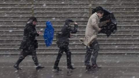 طقس الأحد: استمرار الأمطار والثلوج مع هبوب رياح قوية في هذه المناطق
