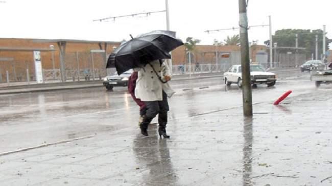 طقس الأحد: برد وزخات مطرية مع عودة الثلج إلى هذه المناطق من المغرب
