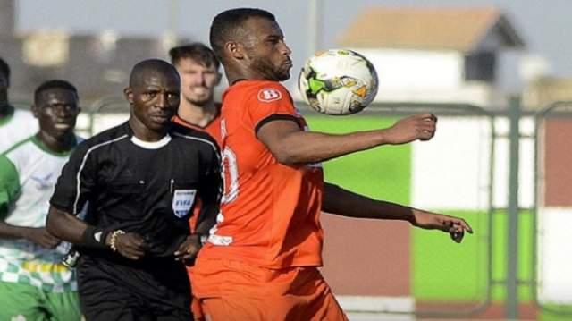 """لاعب سنغالي يهاجم لاعبي بركان بـ""""الكريموجين"""" والكعبي يُنقل إلى المستعجلات"""