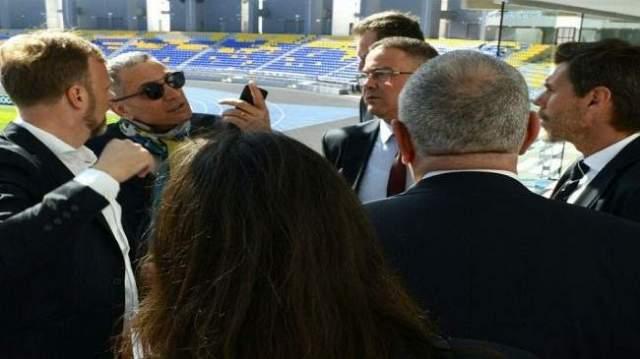 """الحرس المرافق لـ""""لجنة الفيفا"""" يصادر هواتف الأطفال في تطوان"""