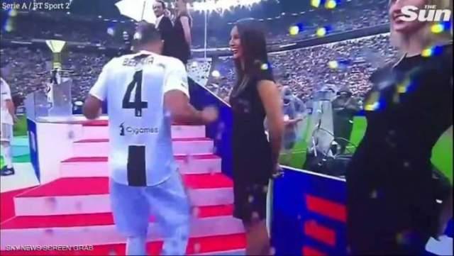 فيديو..نجم المنتخب المغربي يضع نفسه في موقف لا يحسد عليه مع عارضتين!