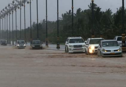 """إعصار """"مكونو"""" يضرب دولة عربية والسلطات تجلي آلاف السكان"""