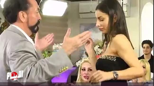 بالفيديو: أردوغان يعتقل الداعية الراقص مع الحسناوات عدنان اوكتار