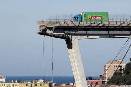 صورة .. سائق مغربي يروي قصة نجاته بأعجوبة من انهيار جسر مدينة جنوى الإيطالية