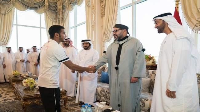 بالصورة..الملك والشيخ بن زايد يستقبلان منتخب الإمارات في أبوظبي