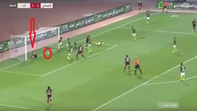 فيديو طريف..لاعب يستلقي في مرمى الخصم ويحرم فريقه من الهدف!