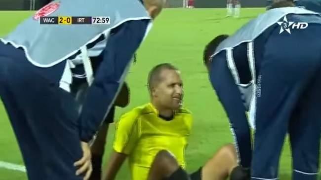 شاهد..لحظة إصابة الحكم رضوان جيد ومغادرته الملعب