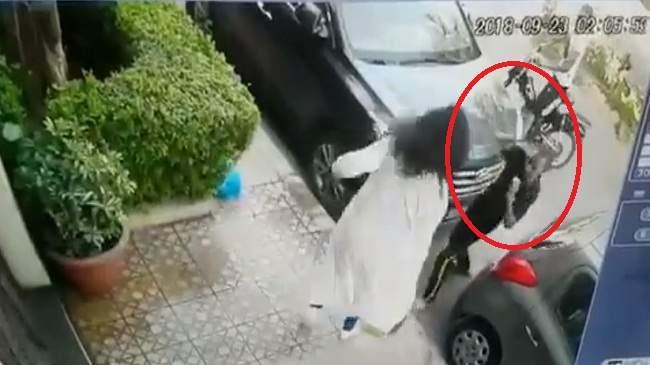 خطير.. لحظة محاولة سرقة فتاة أمام منزلها ورد فعلها المفاجئ