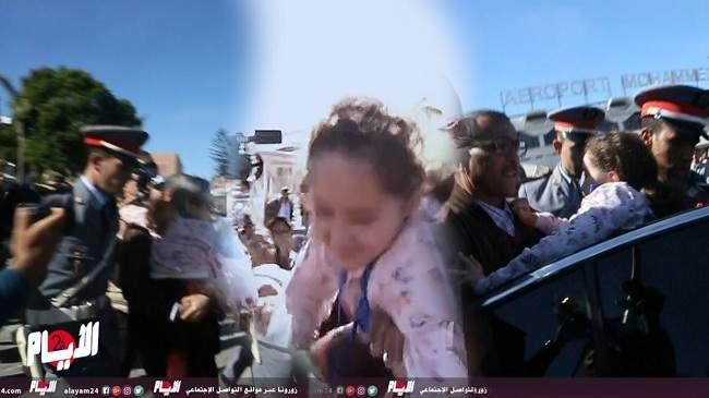 شاهد.. رجال الدرك الملكي يخلصون مريم أمجون من الفوضى داخل المطار