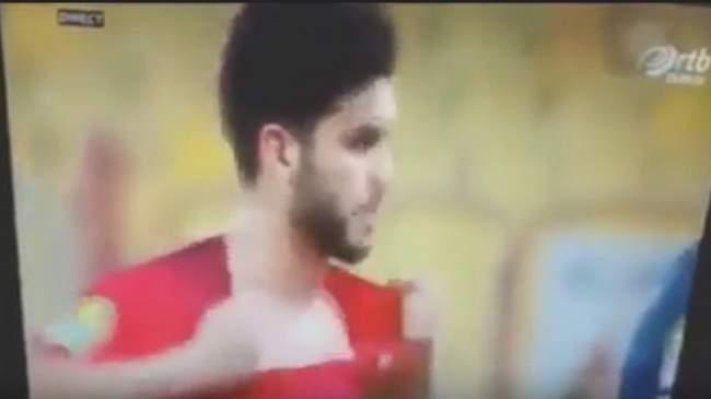 فيديو.. أزارو يخدع حكم لقاء الترجي والأهلي بتمزيق قميصه