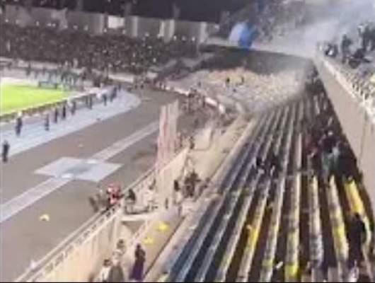 فيديو..شغب واقتلاع للكراسي بعد نهاية مباراة الرجاء ووداد فاس