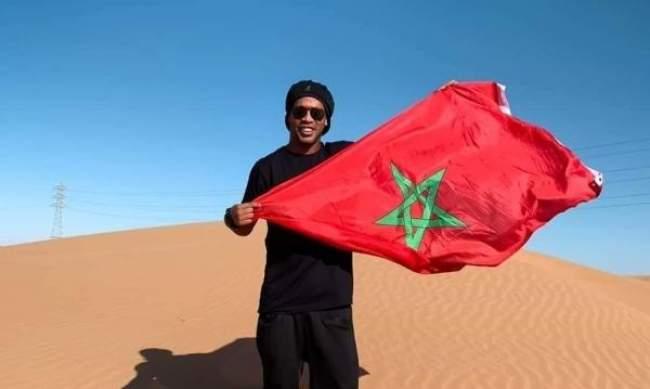 رونالدينيو يخطف الأضواء بصورة في الصحراء المغربية